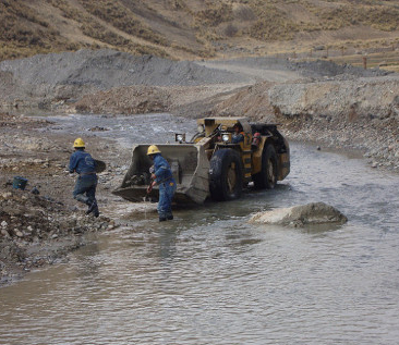 Caudalosa workers clean up mining tailings in Peru's Opamayo River. Credit: Milagros Salazar/IPS