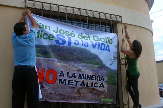 Alvaro Sandoval Palencia and Yolanda Oqueli Veliz hang a sign at La Puya's celebration of life, peace and defense of the earth, July 14 2013. Photo: Pedersen 2013.