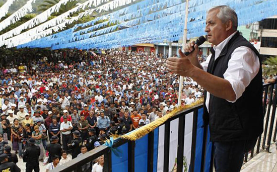 President Pérez Molina addresses the public in Barillas on Oct. 8, 2013 (guatemala.gob.gt)
